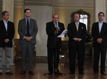 Les délégations du gouvernement colombien et des FARC à Bogota, le 4 décembre 2012, en partance pour Cuba. REUTERS/John Vizcaino