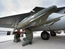 Des militaires français vérifient un missile d'un avion Rafale en partance pour la Libye, le 19 mars 2011. AFP Photo/ECPAD/Sébastien Dupont