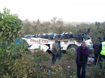 La carcasse du car retrouvée près de Narok, à l'ouest de Nairobi, au Kenya, le 29 août 2013. AFP PHOTO / HO / RED CROSS