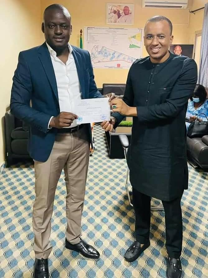 Locales 2022: le maire de Yeumbeul Sud Bara Gaye donne à son adversaire Oumar Sow un certificat de résidence pour l'affronter