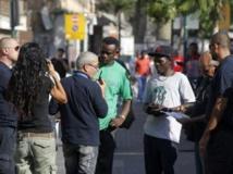 Contrôle d'identité de migrants africains par la police de l'immigration israélienne dans les rues de Tel Aviv, le 11 juin 2012. REUTERS/Baz Ratner