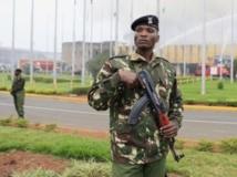 Officier de police kenyan en uniforme devant l'aéroport de Nairobi, le 7 août 2013. REUTERS/Noor Khamis