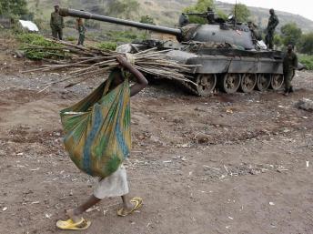 Une jeune fille passe devant un tank de l'armée congolaise, près de Goma, le 7 août dernier. REUTERS/Thomas Mukoya