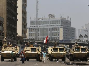 Blocage militaire autour de la place Ramsès au Caire le 17 août: la chaîne al-Jazira Egypte suivait en continu les événements sur le terrain. REUTERS/Youssef Boudla