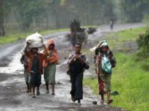 Entre Kibati et Goma, les déplacés continuent de circuler, leurs biens sur le dos, en quête de paix, le 2 septembre 2013. REUTERS/Thomas Mukoya