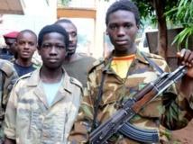 Jeunes combattants de la Seleka, à Bangui, le 25 juillet 2013. AFP PHOTO / XAVIER BOURGOIS