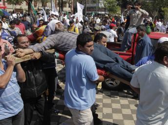 Des chauffeurs de bus paraguayens se sont crucifiés pour protester contre leur licenciement. EUTERS/Jorge Adorno