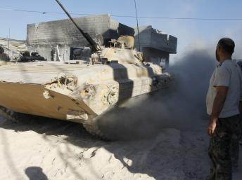 Un blindé de l'armée syrienne fidèle à Bachar el-Assad dans la banlieue de Damas, le 24 août dernier. REUTERS/Khaled al-Hariri