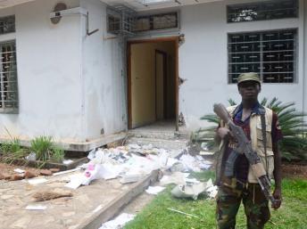 Un combattant de la Seleka devant une des résidences pillées de l'ex-président Bozizé, à Sassara, près de Bossangoa, le 6 avril 2013. AFP PHOTO / PATRICK FORT