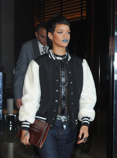 Rihanna: flashe avec son rouge à lèvre bleu