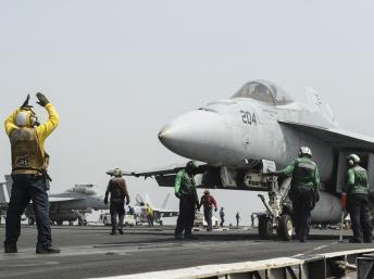 Un F18 Super Hornett américain prêt à décoller du porte-avion USS Nimitz, dans la Mer Rouge, le 3 septembre 2013. REUTERS/Mass Communication Specialist 3rd Class Nathan R. McDona
