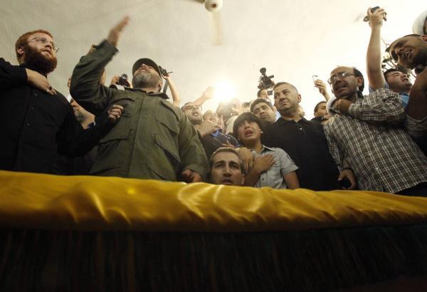 Des supporters du Hezbollah accompagnent l'un des leurs, mort à Qousseir (Syrie), lors de funérailles organisées le 22 mai à Sidon, au Sud-Liban. REUTERS/Ali Hashisho