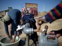 Absence d'eau courante, de sanitaires, d'électricité, habitat précaire : les habitants de certains quartiers de Soweto vivent dans des conditions difficiles. Diepkloof, le 3 juillet 2013. AFP/Odd Andersen
