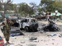 Un soldat somalien devant les décombres du restaurant détruit dans un attentat qui a fait 18 morts, à Mogadiscio le 7 septembre dernier. REUTERS/Feisal Omar