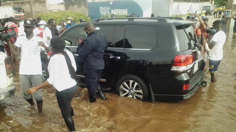Images - Le ministre Antoine Diom sous les eaux avec ses bottes à Thiaroye Azur