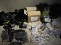 Des produits chimiques et des masques à gaz dans un entrepôt dans le quartier de Jobar, le 24 août 2013. REUTERS/Khaled al-Hariri