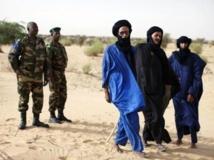 Des soldats maliens à côté de touaregs. MALI-UN/ REUTERS/Joe Penney/Files