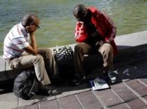 Deux Sud-Africains profitant d'une pause dans leur travail, pour jouer aux échec, au Cap, le 6 septembre 2013 REUTERS/Mike Hutchings