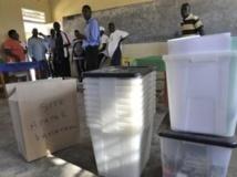 Des agents électoraux rwandais livrent le matériel électoral dans le bureau de vote de Kakiro, à Kigali. AFP / S. Maina