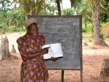 Sœur Angélique donne des cours d'alphabétisation à des femmes déplacées. RFI/Habibou Bangré