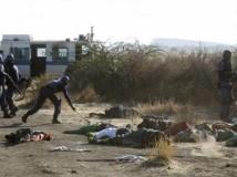 Les policiers sud-africains récupèrent des armes soi-disant utilisées par les mineurs grévistes de Marikana, en août 2012. REUTERS