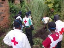 La région de Bossangoa, au nord-ouest de la Centrafrique, est sous la menace d'une guerre interreligieuse. Ici, des volontaires de la Croix-Rouge enterrent les dernières victimes des combats à Bossangoa, le 15 septembre 2013. AFP PHOTO/PACOME PABANDJI