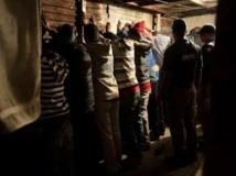 Arrestation à Manenburg à une quinzaine de kilomètres de Cape Town, le 27 août 2013. Des gangs avaient alors terrorisé la ville, obligeant la fermeture des écoles pendant deux jours. AFP PHOTO / RODGER BOSCH
