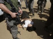 La diplomate française, Marion Fesneau-Castaing, allongée au sol après avoir été forcée de sortir de son véhicule par l'armée israélienne, le vendredi 20 septembre à Khirbet al-Makhoul. REUTERS/Abed Omar Qusini