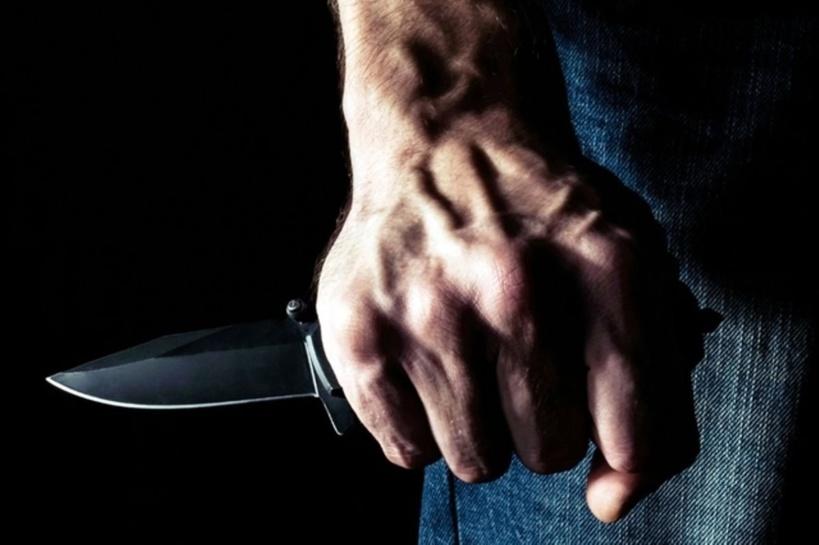 Ivre, il assène des coups de couteau à son frère déficient mental