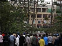 La foule rassemblée devant le centre commercial Westgate de Nairobi où une prise d'otages est en cours, Kenya, le 23 septembre 2013. REUTERS/Thomas Mukoya