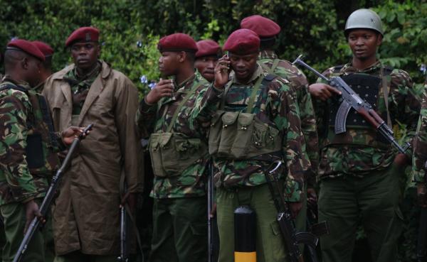 Des soldats kényans rassemblés pour un briefing, à proximité du centre commercial Westgate. Nairobi, le lundi 23 septembre. REUTERS/Thomas Mukoya