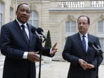 La visite du président nigérien Mahamadou Issoufou en France, en mai 2013 a donné une nouvelle impulsion au dossier de l'exploitation de l'uranium d'Imarouren par Areva. REUTERS/Gonzalo Fuentes