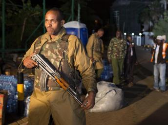 Un officier de police, dans la nuit du 23 au 24 septembre 2013, à proximité du centre commercial Westgate, à Nairobi. REUTERS/Siegfried Modola