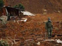 Un soldat recherche des corps au milieu des maisons détruites dans le village de la Pintada, dans l'Etat du Guerrero. REUTERS/Tomas Bravo