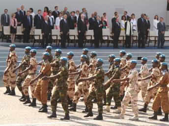 Des soldats de la Minusma, les casques bleus de l'ONU, lors du défilé du 14 juillet 2013 à Paris. PHOTO RFI / PIERRE RENE-WORMS
