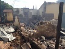 Les décombres encore fumantes d'une habitation dans le quartier de Mollahtoureya, à Conakry, le 24 septembre 2013. RFI/Olivier Rogez