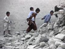 A Awaran, des survivants dans les décombres de maisons effondrées suite au séisme dans la province du Baloutchistan, dans le sud-ouest du Pakistan. REUTERS/Sallah Jan