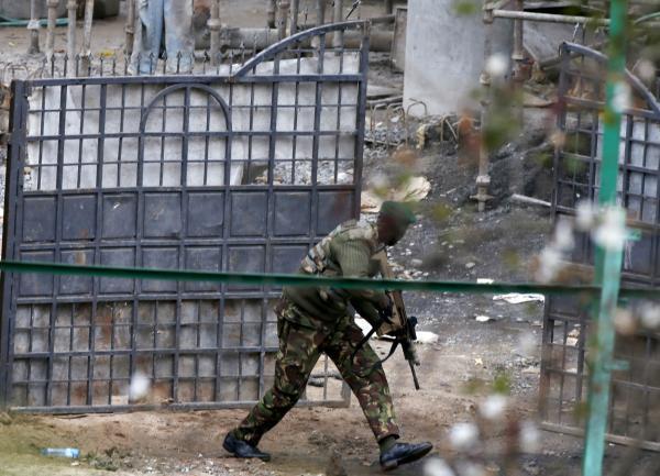 Un soldat kényan, à l'extérieur du centre commercial Westgate, le mardi 24 septembre. REUTERS/Goran Tomasevic