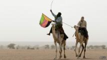 Un touareg à Kidal, dans le nord du Mali, avec un dreapeau du MNLA, le 28 juillet 2013.