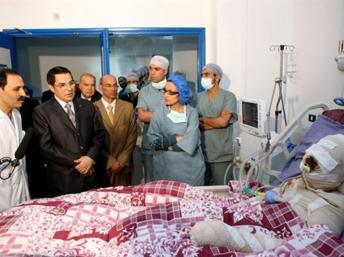 Mohamed Al Bouazizi (d) le premier vendeur de légumes qui s'est immolé, ici à l'hopital Ben Arous près de Tunis, le 28 décembre 2010. Présidence tunisienne /AFP
