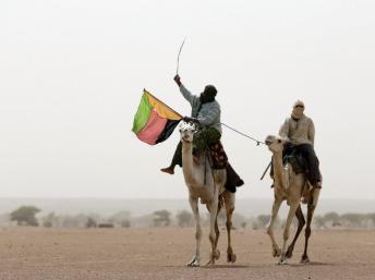 Dans la région de Kidal, des touaregs manifestent en marge du scrutin présidentiel, fin juillet 2013, en brandissant le drapeau de l'Azawad. AFP PHOTO/KENZO TRIBOUILLARD