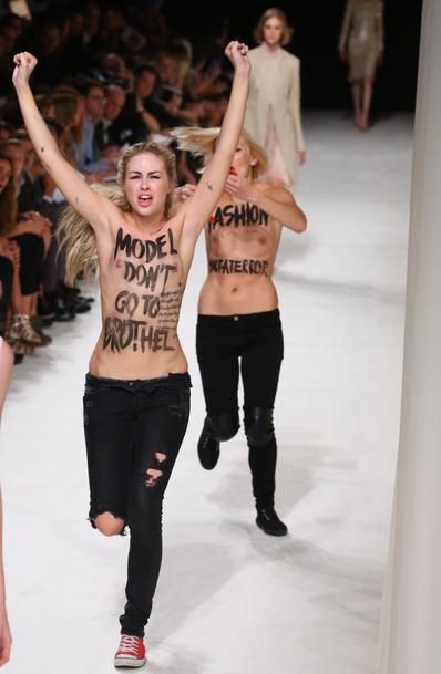 Deux  FEMEN bouleversent le défilé de Nina  Ricci