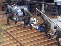 Des soldats kényans prennent position devant l'entrée du centre commercial Westgate à Nairobi, le 24 septembre 2013. REUTERS/Noor Khamis