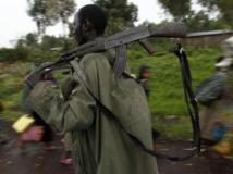Un soldat des FARDC monte au front à proximité de Goma, alors que des civils fuient les combats, le 2 septembre 2013. REUTERS/Thomas Mukoya