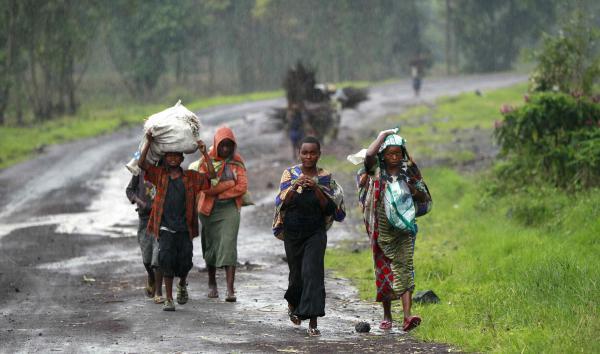 Des civils fuient les combats entre FARDC et M23, près de Goma, le 2 septembre 2013. REUTERS/Thomas Mukoya