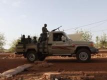 Des soldats de la junte patrouillent à Kati, en 2012. REUTERS/Luc Gnago