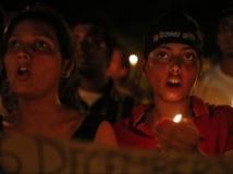 Lors d'une veillée organisée après la condamnation à mort de quatre hommes pour le viol et le meurtre d'une jeune femme de 23 ans, à New Delhi en décembre 2012. REUTERS/Mansi Thapliyal
