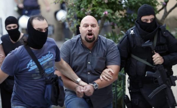 Ilias Panagiotaros, l'un des leaders d'Aube dorée, arrêté par la police antiterroriste grecque, a son arrivée au tribunal le 28 septembre 2013. REUTERS/Giorgos Moutafis