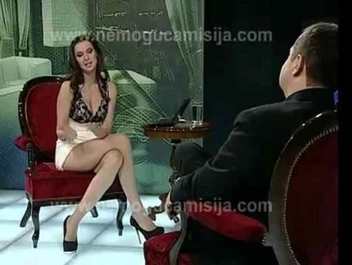 Le Premier ministre serbe se retrouve devant une journaliste sans culotte