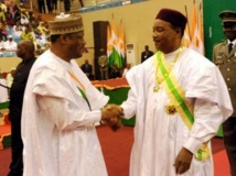 Le président Issoufou (D) et Hama Amadou, président à l'issue d'une cérémonie religieuse,à Niamey, le 7 avril 2011. AFP / BOUREIMA HAMA
